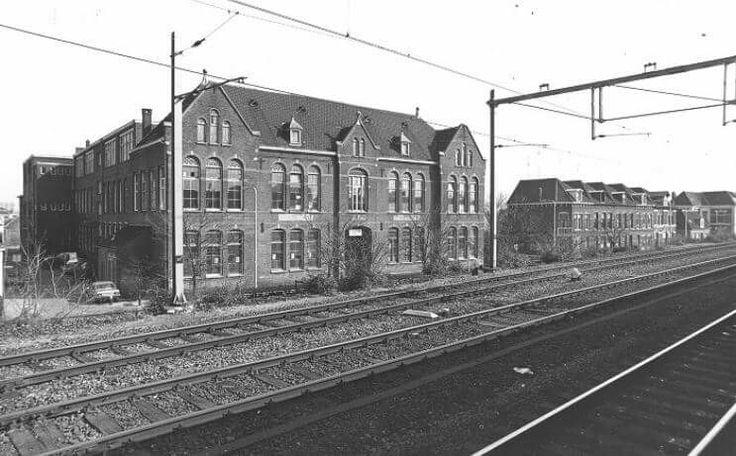 Ambachtschool Diepenveenseweg vanaf het spoor