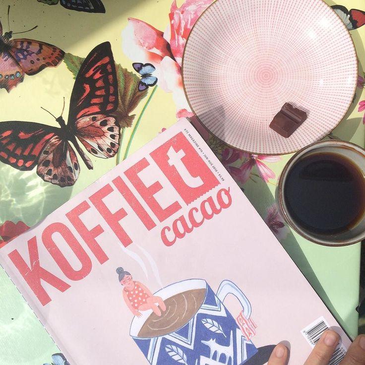Time to relax met de nieuwste @koffietcacao en een klein blokje Mesjokke Mystery Dark #2! (Oké deze foto is duidelijk vorige week gemaakt  come back sunshine ik heb mijn leden hoge temperaturen beloofd! ) #chocoladeweer #datdanweerwel #anderechocolade #zomerstop #chocoladeverzekering #koffietcacao #magazine #weekend #vakliteratuur #lezen