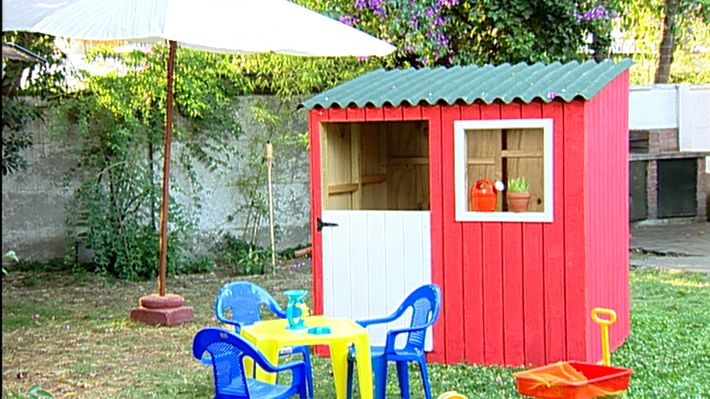 Hay juegos que nunca pasan de moda, es el caso de una casa de muñeca o una casa club, todos hemos querido tener un espacio así cuando niños, para juntarnos con los amigos y guardar los juguetes. Por eso, en este proyecto enseñaremos a hacer una casa de muñecas de, se trata de una estructura empalizada forrada con planchas de madera.