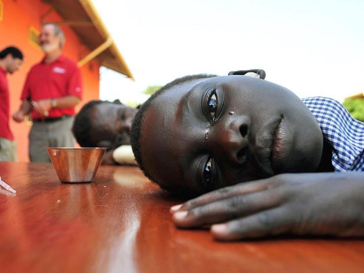 De tranen vloeiden over haar wangen toen dit meisje met gehoorproblemen haar oren liet uitspuiten bij een evenement georganiseerd door de Starkey Hearing Foundation in St. Monica in Gulu, 364 kilometer ten noorden van de Oegandese hoofdstad Kampala.