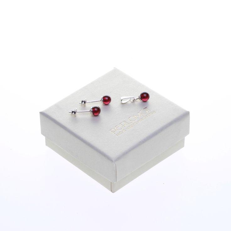 Stříbrná+sada+s+granáty,+5mm,+Ag+925+Soupravu+tvoří+jemný+přívěsek+a+jednoduché+a+elegantní+stříbrné+pecičky+které+jsou+osazené+párem+temně+rudých+čirých+granátů+o+vel.+5+mm.+Granáty+jsou+podloženy+obrubou+a+kolíčky+mají+stříbrné+puzetky+které+velmi+dobře+drží+protože+jsou+opatřené+dvojitou+zarážkou.+Náušnice+dostanete+v+dárkové+papírové+krabičce+s...
