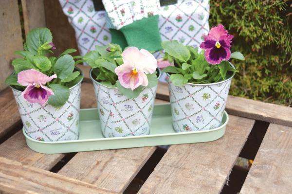 """""""Botanicae"""" mintás fém virágcserép szett, mely tartalmaz 3 virágcserepet és egy zöld alátétet."""