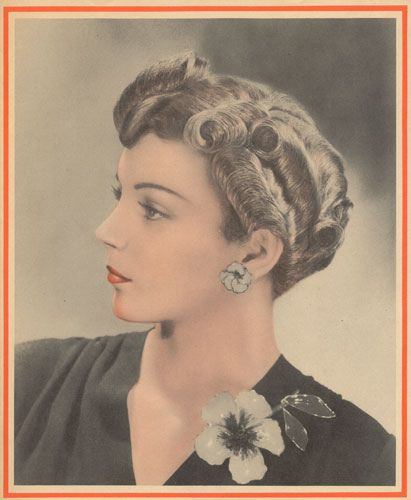 A lovely cluster of large curls make this 1940s hairstyle instantly eye-catching.