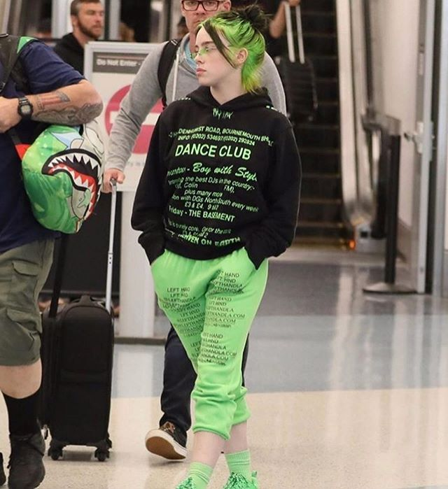 Its Kinda Weird To See Her Legs Like Ik She Wears Shorts But It Looks Different Its Kinda Weird To See Her Legs Like Ik Sh Billie Billie Eilish Green Hair