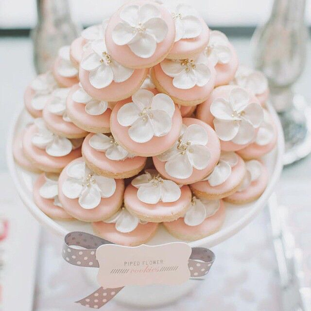 Piped Flower Cookies by #bobbetteandbelle #mangostudios