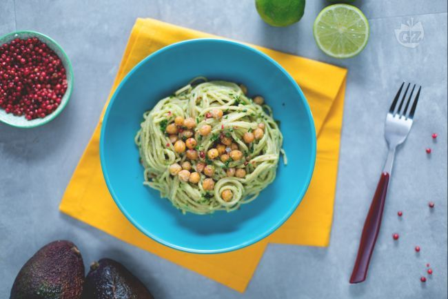 Gli spaghetti integrali con crema di avocado e ceci croccanti sono un primo piatto vegano completo, dal gusto vivace e dalla freschezza esotica!