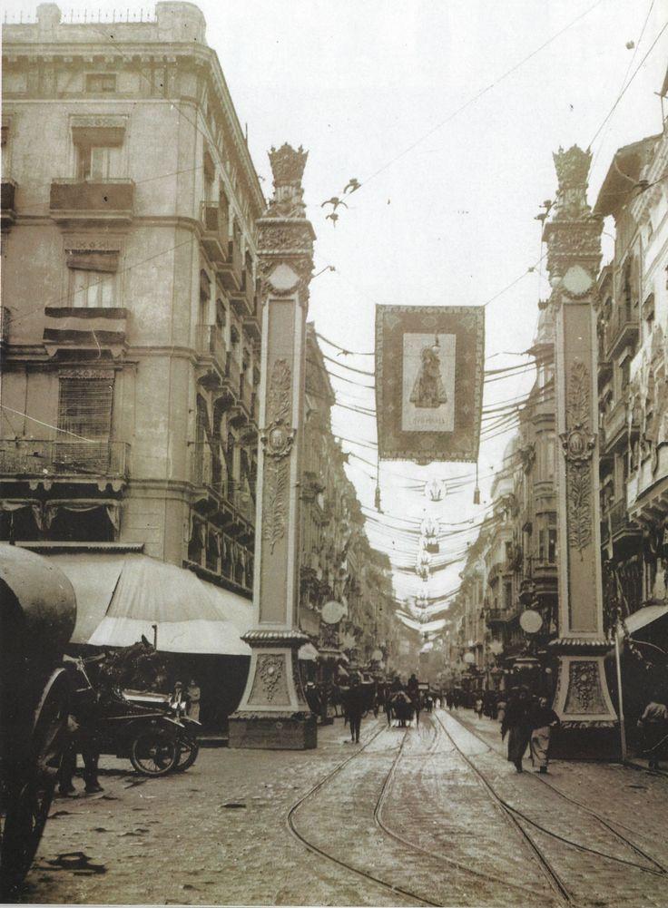 LA VIRGEN DE LOS DESAMPARADOS  Las calles de la ciudad fueron engalanadas para conmemorar la coronación de la Virgen de los as Desamparados; en la Imagen, la Calle de La Paz