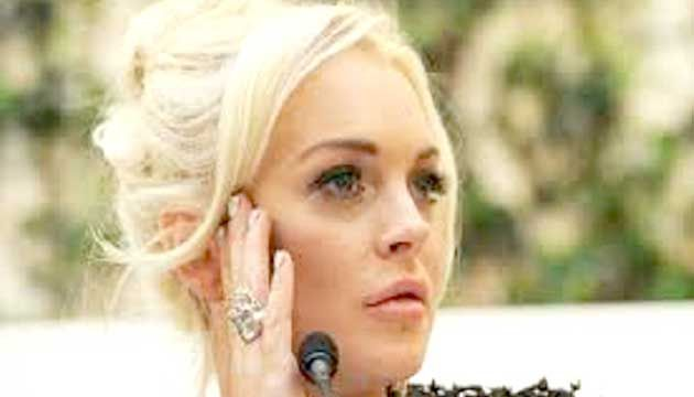 """lindsay lohan says president donald trump desn't have it easy. the 30- grade -old actress recently participated in a facebook live q&a session for the daily mail where she defended the new president. """"i think always in the public eye you're going to get scrutinized,"""" she said. """"he is the president — we have to [...] we¯ÍvwiZ"""