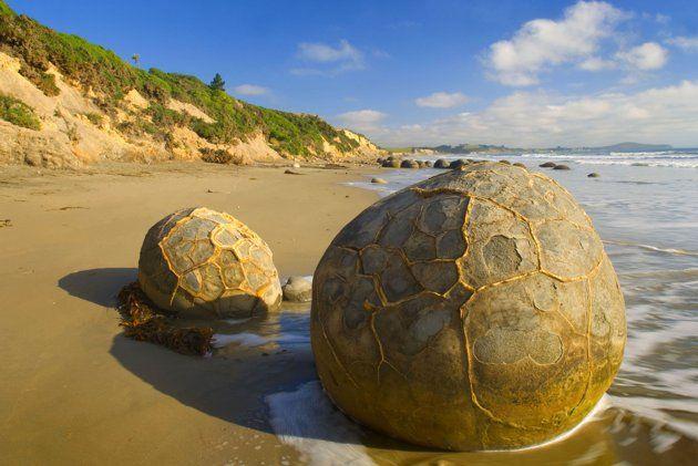 oeraki Boulders, Nouvelle-Zélande Ces gigantesques rochers se sont d'abord formés dans le plancher océanique. Grâce à des siècles d'érosion, ils semblent être mystérieusement assis sur les côtes. (Photo: Alexandra Sailer/Ardea/Caters News)