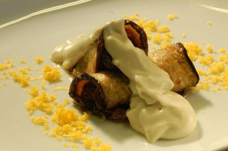 Canelones de berenjena rellenos de rabo de ternera guisado napado con becahmel ligera de queso de Valdeón.