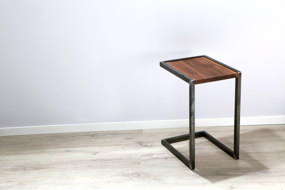 Nachttisch, Beistelltisch aus rohem Stahl und massivem Walnussholz