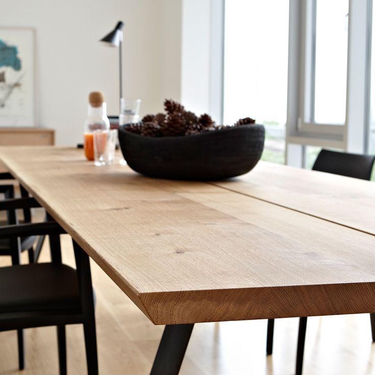 GM 3200 matbord/plankbord i vitoljad ek. Breda träplankor med naturlig ådring står i elegant kontrast till de minimalistiska stramt utformade stålbenen. Det ger matbordet Plank från Naver Collection en både rå och enkel look.