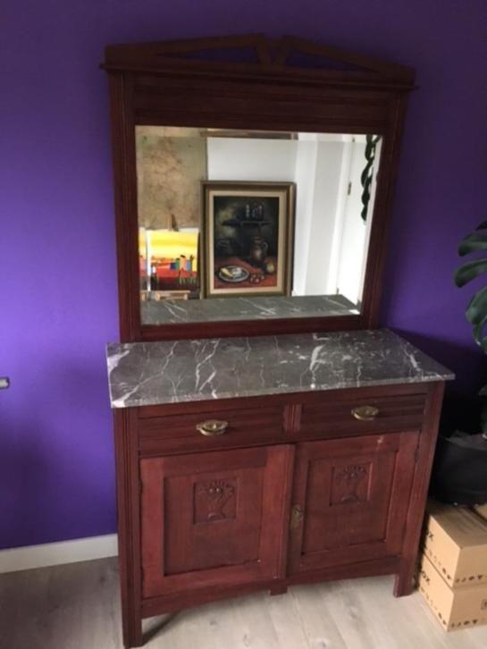 Een mooi antiek kastje met marmeren blad, twee lades en facet geslepen spiegel. Afmetingen: bxhxd  100 x 150x 41 cm. Het marmeren blad steekt ong. 1 cm uit.  De deuren kunnen wel dicht maar slotje moet gerepareerd worden om met sleutel af te kunnen sluiten.   De spiegel en het marmeren blad kunnen voor vervoer gedemonteerd worden.