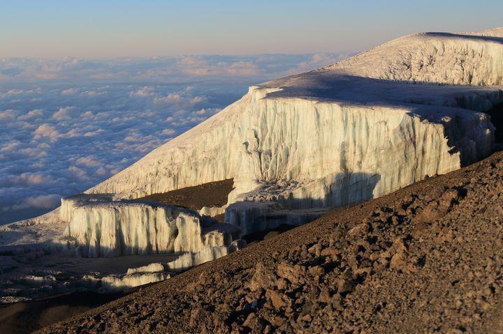 数年後には消滅しているかもしれない世界のスポット3つ目はタンザニアの「キリマンジャロ」です。アフリカ最高峰として登山家に非常に人気のある名峰は100年前より始まった地球温暖化の影響をかなり受けている地域とされています。