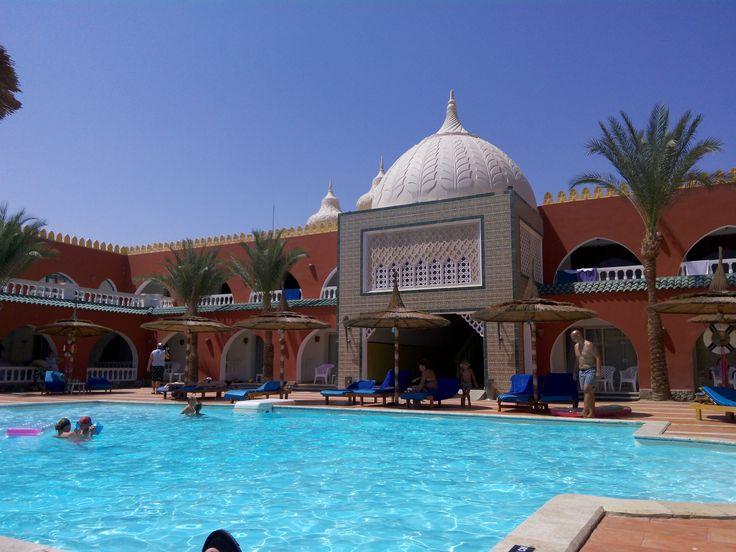 uitzicht vanaf het terras van onze kamer lekker direct aan een  zwembad  waren heel veel l zwembaden ook hele groten