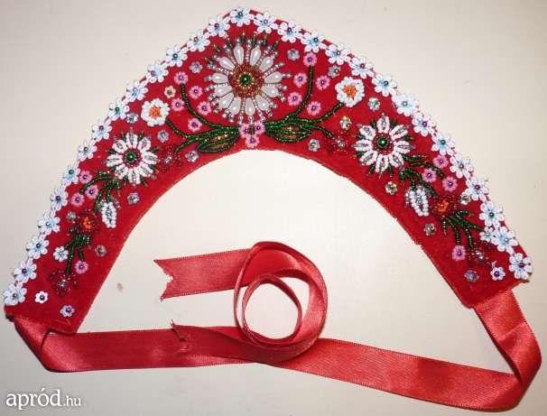 Népművészeti piros bársony díszített párta