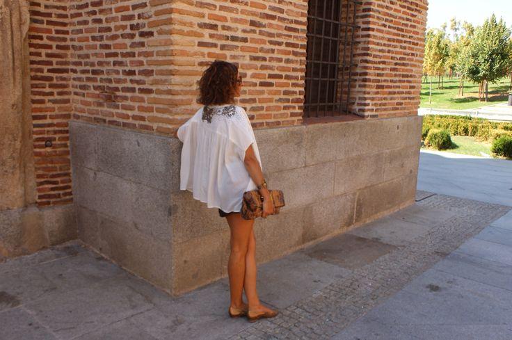 Melena midi, ondas, short marrión, blusa blanca, blusa fantasía, zapatos cobre.