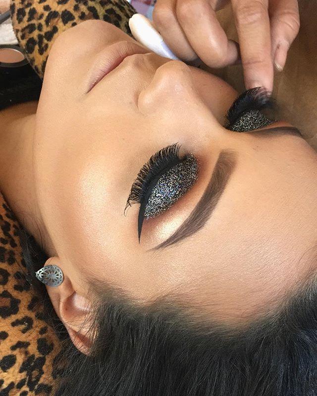 E essa foi a primeira Make ensinada em meu curso profissional víp  com a querida aluna @hanrafethbrito.makeup  Muito Glitter nesta Make minha gente!!❤️ Acessórios @byklikos  Informações sobre cursos (35) 98839-1245 Snap  Gui.alfenas  #motivescosmetics #vegas_nay #universomakeup_oficial #mac #macpro  #motivescosmetics #maquiagem #maquiagembrasill  #universomakeup #selfie#model #top #topmodel #modelo #modeling  #make #makeup #maquiadora #maquillage #pausaparafeminice #ma...