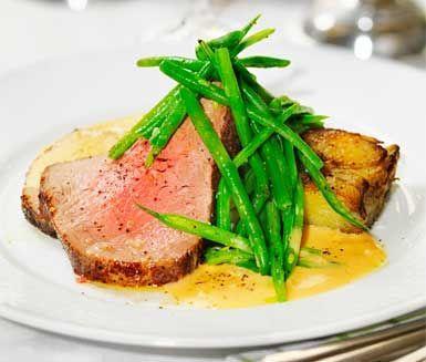 Överraska dina gäster med en underbar middag bestående av saftig, helstekt oxfilé med konjakssås, potatiskaka och haricots verts. Medan din brynta oxfilé eftersteks i ugn gör du en krämig, god sås av bland annat grädde, konjak och schalottenlök.