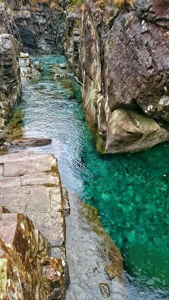 Fairy Pools , Isle of Skye Skye est l'île la plus vaste et la plus au nord de l'archipel des Hébrides intérieures en Écosse. Skye se situe dans la mer des Hébrides