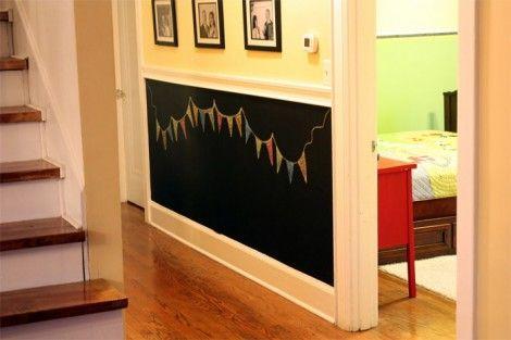 Impariamo a realizzare una lavagna da muro con della vernice lavagna e del legno per creare la cornice.  Pronti? Via!  #diy #diyidea #blackboard