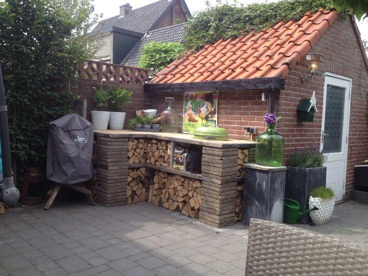 Outside BBQ!  Buitenkeuken van eenvoudige materialen!  Tevens te gebruiken als houthok. Materialen: Steenschotten Oude tegels  Weber BBQ