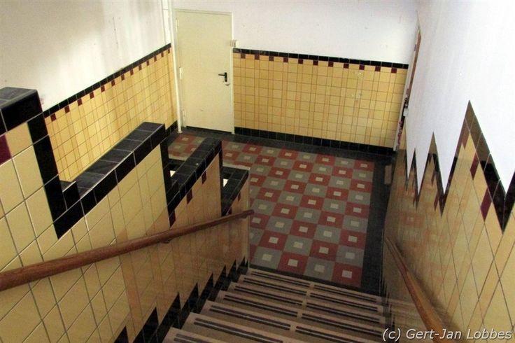 trappenhuis Amsterdamse School met veel aandacht voor het tegelwerk