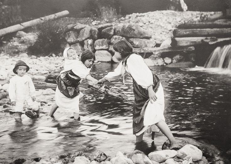 Foto: Pavol Socháň  Pavol Socháň (1862-1941) bol maliar, publicista, dramatik, etnológ, spoluzakladateľ Muzeálnej slovenskej spoločnosti a priekopník slovenskej fotografie. Základom jeho činnosti však bola etnografická práca, v ktorej sa zameriaval najmä na zber, štúdium a propagáciu výtvarných hodnôt ľudovej kultúry, ako aj obyčajových a slovesných prejavov. Hlavnou témou v jeho fotografickej tvorbe bola oblasť ľudového odevu, ornamentalistiky a slovenského vidieka.