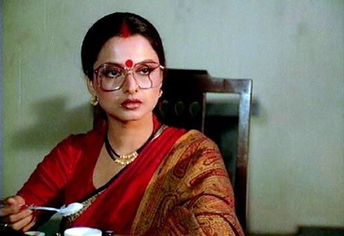 All through the flashbacks of Ijaazat, Gulzar's masterful take on relationships, Rekha dons beautiful Narayan peth saris in all possible colours. But it's her striking red crepe silk sari as she recalls the threads of a past life in a railway waiting room which indicated a new life, a new weave.