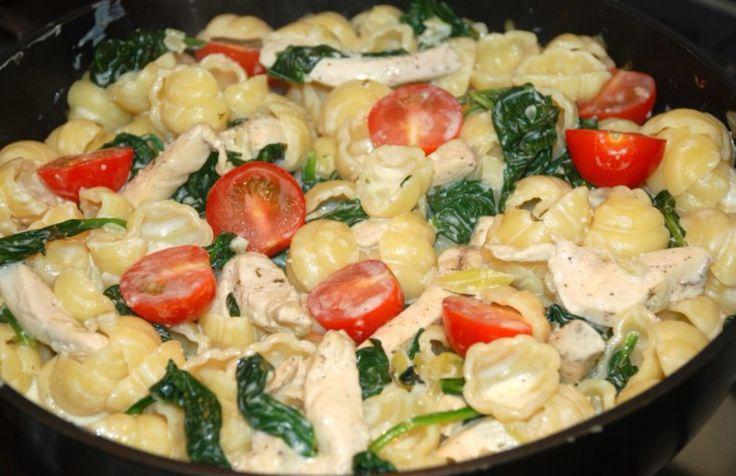 Salade van schelp macaroni, spinazie, Boursin, gerookte kip en tomaat.
