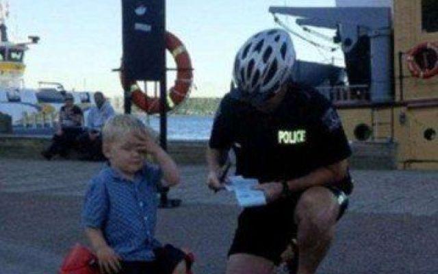 Poliziotto multa bimbo di tre anni... ecco il perché Un bimbo di tre anni è stato multato da un agente di polizia per aver parcheggiato la sua motocicletta a pedali dove era presente un divieto di sosta. Il piccoletto è stato vittima di uno scherzo da #bimbo #multa #poliziotto