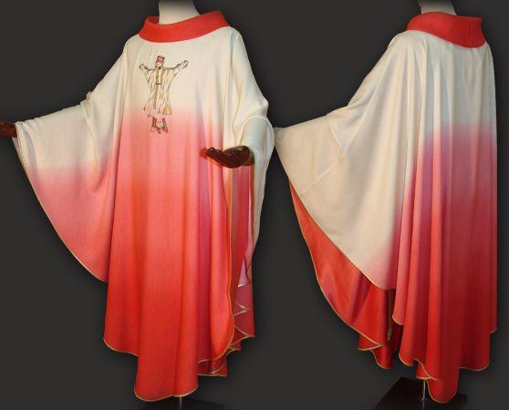 Casula sacerdotale rossa realizzata in leggero tessuto di seta degradé.  Questo paramento liturgico dal taglio moderno, presenta sul petto un prezioso ricamo personalizzato, realizzato con filati di vario colore.