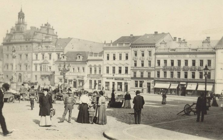 Text Petr Kučera / architekt: Náměstí sloužilo pravidelným trhům, kdy z venkova přijížděli zemědělci nabízet své produkty. Po obvodu jej lemovali kamenné obchody, žádné trvalé prodejní stánky v ploše.