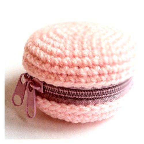 Mini étui en forme de macaron fait au crochet sur une petite boite en métal - (Crochet + Objets pratiques)