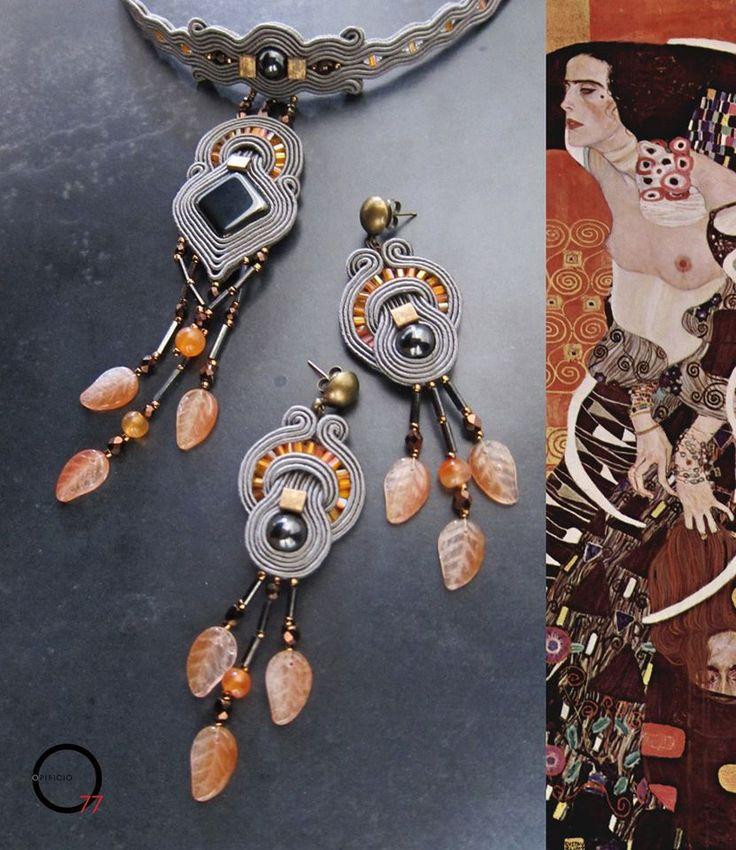 Inspiriert von Judith 2 von Gustav Klimt: Ohrringe und Halskette. Soutache grau, Hämatit, Kristalle, Baguette-Perlen, Pietradura Perlen und Glas-Blätter. Made from Opificio77