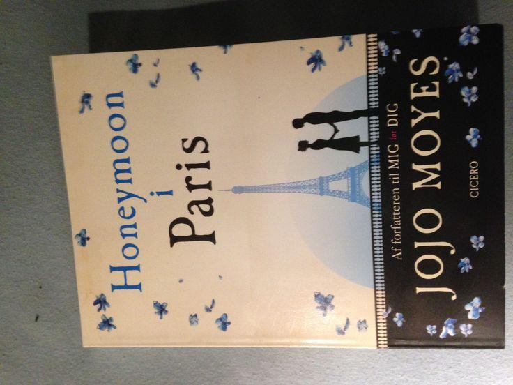 """En lille kort historie om liv og Davids bryllupsrejse til Paris i 1998, og Sophie og Edouards nygifte liv i Paris i 1912. Handler om Jalousi og tvivl. Det er faktisk de samme personer som i bogen """"hende du forlod"""". Det er ikke den bedste bog af Jojo Moyes fordi den er så kort og overfladisk. Men ok."""