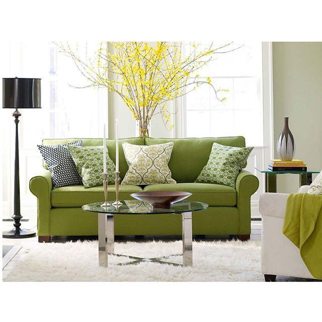 Интерьер гостиной в зеленых тонах Гостиная в зеленых тонах может выглядеть очень эффектно, при этом она создаст в доме атмосферу спокойствия и уюта. Зеленый - цвет природы, он наиболее благоприятен для зрения, от него не наступает утомления. А учитывая то, какое количество оттенков этого цвета можно использовать, становится понятно: каждый найдет себе что-то по душе.