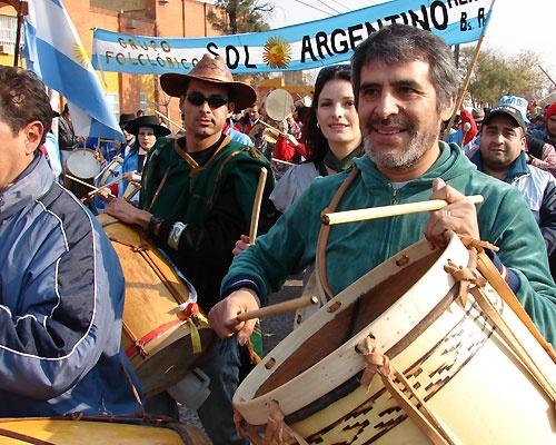 """PETECO CARABAJAL, feliz en la marcha de los bombos, """"""""Santiago del Estero"""""""" Argentina"""