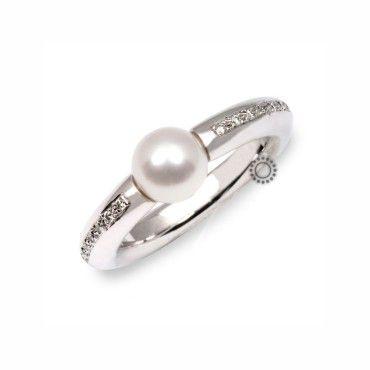 Ένα βαρύ διαχρονικό δαχτυλίδι σε λευκόχρυσο Κ18 με διαμάντια στα πλαϊνά και κεντρικό λευκό μαργαριτάρι acoya | Δαχτυλίδια ΤΣΑΛΔΑΡΗΣ στο Χαλάνδρι #acoya #μαργαριταρι #διαμάντια #δαχτυλίδι