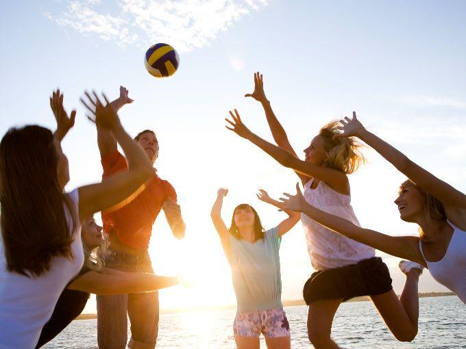 El voleibol se empezó a jugar en 1895, en Massachussets, Estados Unidos. 7 años más tarde recibió el reconocimiento oficial como deporte olímpico, cuando fue inscrito en los Juegos de Tokio.  Tiene varias modalidades pues puede jugarse en pista, sobre arena, o sentado. Además se puede practicar en equipos de 6 o en parejas.