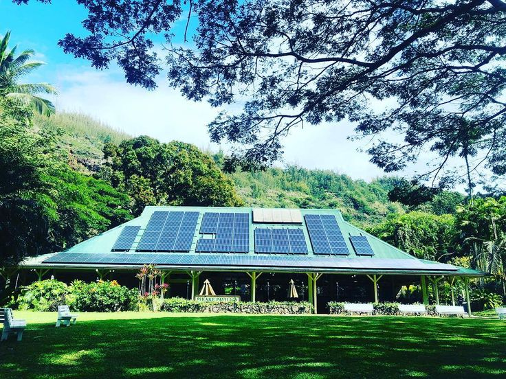 Honolulu is way ahead of the mainland with renewables it makes my heart smile but also reminds me of how much I need to keep on pushing back home we have a TON of work to do! #honolulu #hawaii #island #islandlife #solarbyjames #gosolar #solar #solarpanels #panels #renewables #cleanenergy #energy #azinsta #azstagram #hawaii2018 #az #arizona #phoenix #phx #power #solarsystem
