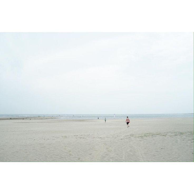 WHITE OUT  .  .  .  #beach #white #sky #blue #sand #follow #wait #lost #found #photo #carlzeiss #flektogon .  #해변 #유실 #화이트아웃 #사진 #포토