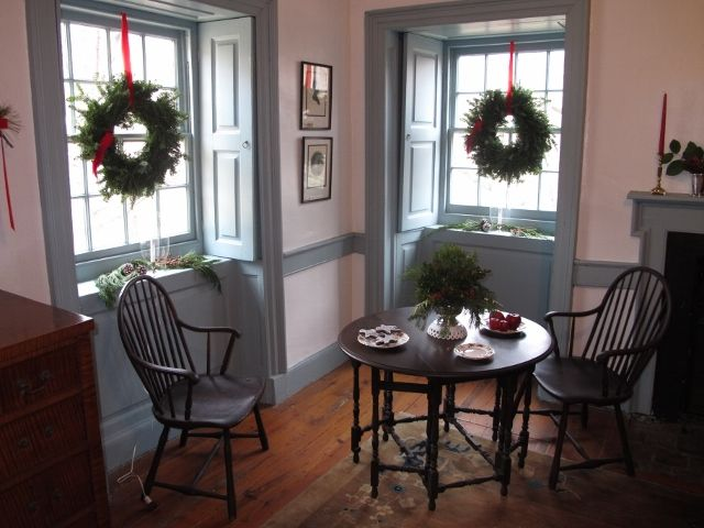 Windsors and a gate leg table colonial style decorating for Colonial home christmas decorations