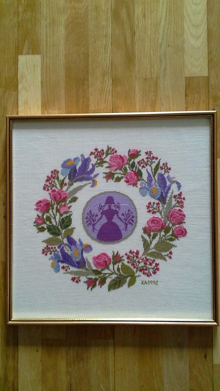 Helt underbar handbroderad TAVLA - med rosor och iris! på Tradera.com -