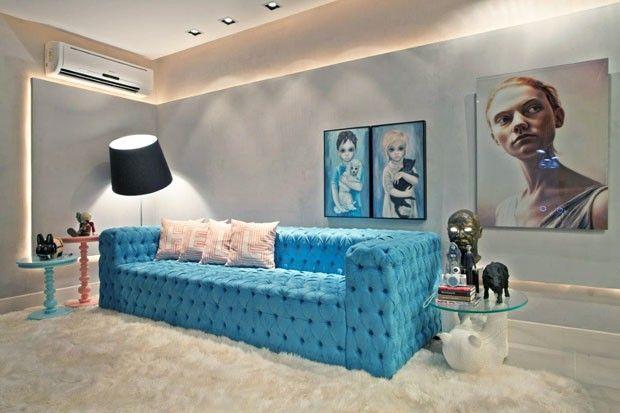 O sofá de veludo turquesa, feito por encomenda para a sala, é capitonê; o tapete, logo abaixo, é de pele de carneiro;