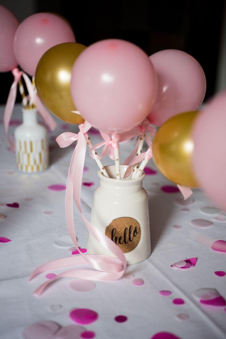 Małe balony na słomkach. Jak je zrobić? Potrzebne są do tego 3 rzeczy: małe balony, słomki i wstążka. Do napompowanych balonów trzeba przywiązać wstążkę i przeciągnąć ją przez słomkę. Gotowe! Bardzo pomocna będzie pompka.
