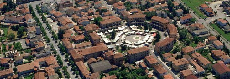 Tresigallo è una piccola cittadina nella provincia di Ferrara, ma è considerata insieme a Sabaudia una delle città simbolo dello stile architettonico razionalista. Tresigallo infatti è un antico centro di origine medievale che vive il suo periodo più importante a partire dagli anni Trenta, quando Edmondo Rossoni, Ministro dell'agricoltura del governo Mussolini, nativo del luogo, la trasforma secondo i canoni dell'architettura razionalista con i suoi edifici tipici. Per questi motivi ha…