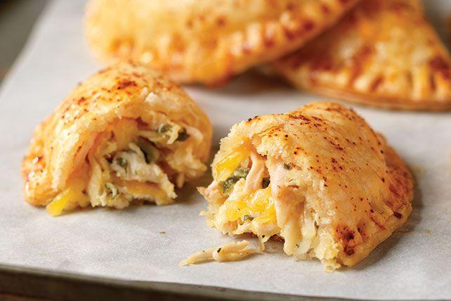 Sorprende a tus invitados con estas ricas empanadas rellenas de pollo desmenuzado y cuatro tipos de queso. Se convertirá en la receta favorita de todos.