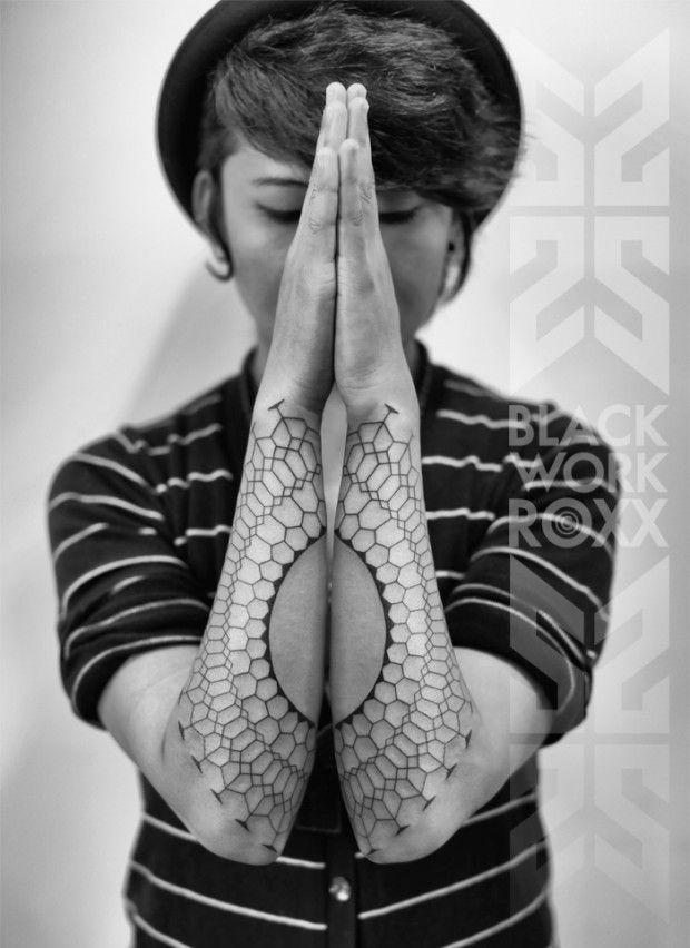 Roxx est une artiste tatoueur ayant commencé sa carrière dans les rues de Londres à la fin des années en tatouant de petits pictogrammes sur les Punks et Rockers.  Après avoir vécu dans toute l'Europe, elle s'installe chez le célèbre studio 2Spirit Tattoo à San Francisco.