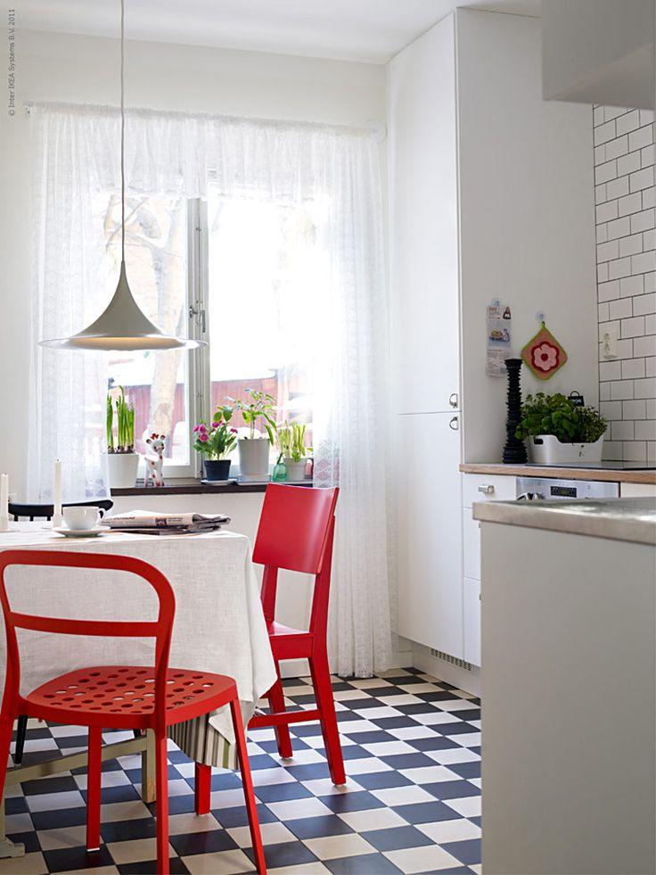 <p><strong>När det gamla köket inte längre går att räddas, är det dags att tänka nytt. Ett modernt och bekvämt kök kan andas svunna tider. Så här skapade vår krönikör Anna Pettersson sitt drömkök i retrostil!</strong></p> <p>Anna bor ihop med sin sambo i Midsommarkransen i Stockholm. Deras lägenhet är ett funktionellt folkhemsbygge från mitten av 1940-talet. Det lilla köket behövde renoveras på grund av en vattenskada.</p> <p>-Trots att jag jobbar på IKEA och har mycket erfarenhet från…